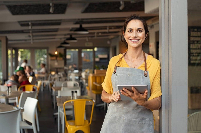 Une femme dans son restaurant